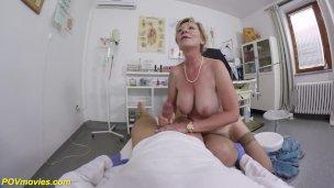unrasiert 71 Jahre alte Mama pov gevögelt von ihre Doktor'