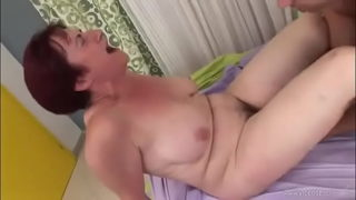 Kurzhaarige Oma mit dicken Titten