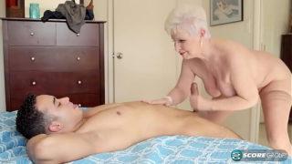 Oma zeigt ihrem Jungen Nachbarn was Sie noch alles drauf hat