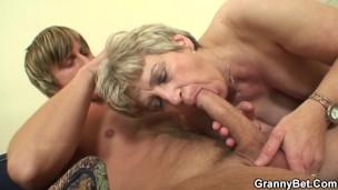 der alte Frau gave sich selbst an ein jüngere stud
