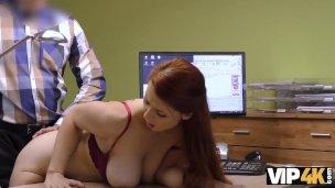 Isabella gibt ihre rasierte Vagina für sex, um ein großes Darlehen zu bekommen