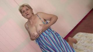 ist es deinem Oma haarige Grossmutter wird gebumst und bekommt einem Sperma Dusche vor ihr shaggy Möpse
