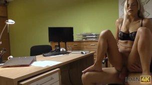 Sext-Blondine Sext bezahlt ihre Schulden mit ihrem perfekten Körper
