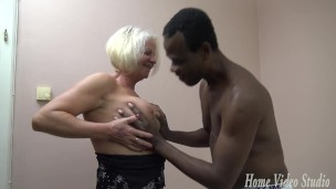 Grossmutter ist ein großem schwarzem Schwanz Nutte