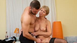 MATURE4K Omi Frau cant endure carnal desires und hatte bumsen mit Mann