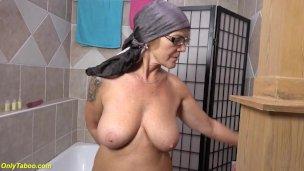 meinen Stepgrandma urinieren in das Badewanne