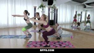 bffs Studentinnen vögeln komisch yoga Kerl