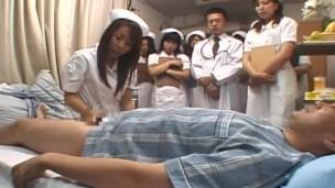 Demonstration Tag zu japanische Krankenhaus Featuring einem gruppe von Krankenschwestern gucken einem Patient Being Milked vor Joining In