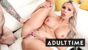 geile blondhaarige zeigt auf für spritzendes Orgasmen