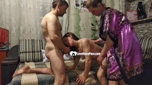 Glücklich Mann bekommt an Feier mit zwei babes