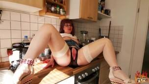 Mutter der Freundin in der Küche gevögelt